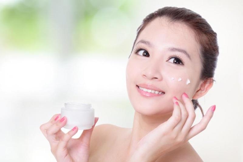 Sử dụng mỹ phẩm và sữa non dưỡng trắng da mặt