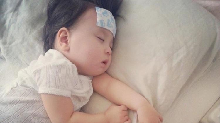 Mách mẹ cách hạ sốt cho bé cực nhanh mà không cần dùng thuốc tây - Ảnh 1