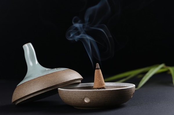 Trầm hương giúp che, làm hết mùi thuốc lá trong phòng nhẹ nhàng