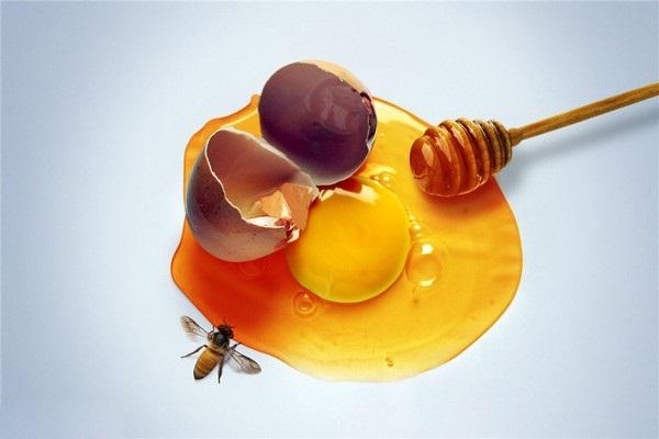 Làm đẹp da cho phụ nữ sau sinh với mật ong và trứng gà