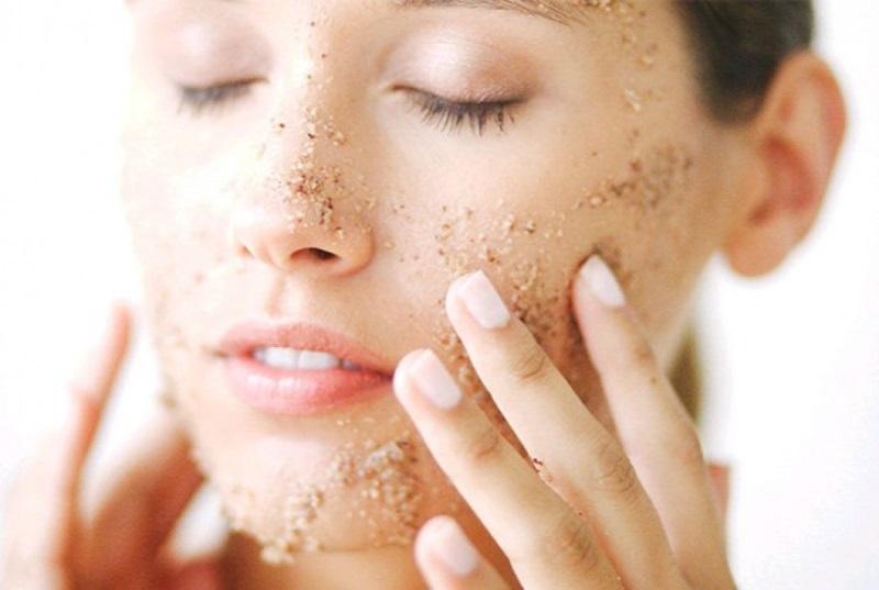 Tẩy tế bào chết – Cách làm đẹp da mặt sau khi sinh giúp da luôn khô thoáng và sạch sẽ
