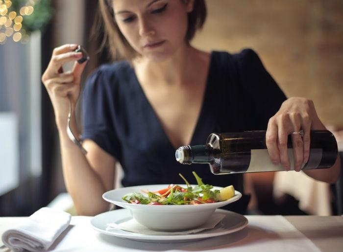 Chị em nên thực hiện chế độ ăn uống giàu chất dinh dưỡng tốt cho vòng 1 một cách hợp lý