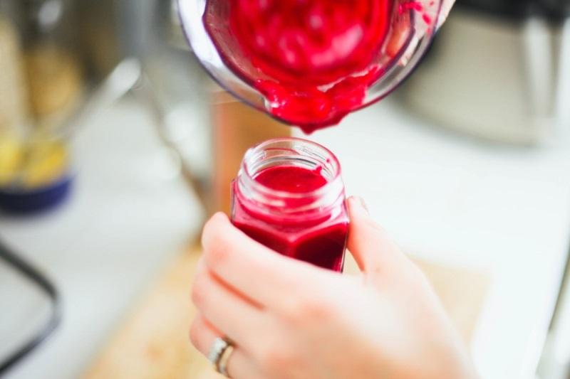 Hỗn hộp làm hồng môi bằng nước ép cherry.