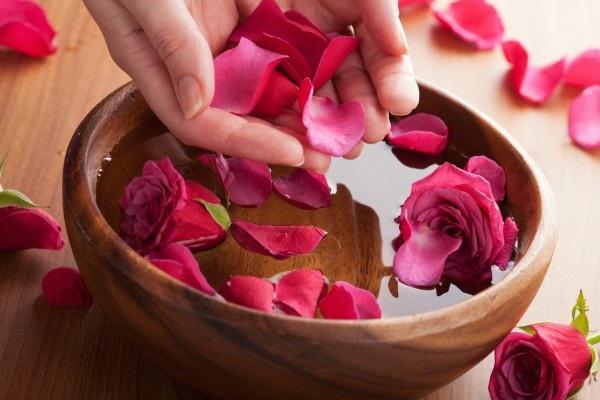Nước hoa hồng là cách làm hồng môi tại nhà đơn giản không thể bỏ qua
