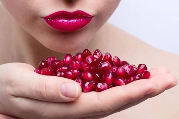 Cách làm hồng môi bằng nước ép lựu cho làn môi mịn màng, hồng tươi chỉ sau 1 tuần