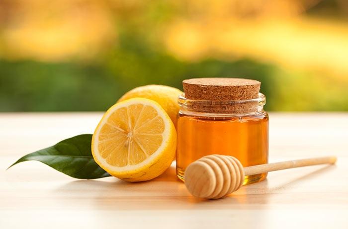 Mật ong và chanh là hai nguyên liệu làm môi hồng tự nhiên nhanh chóng