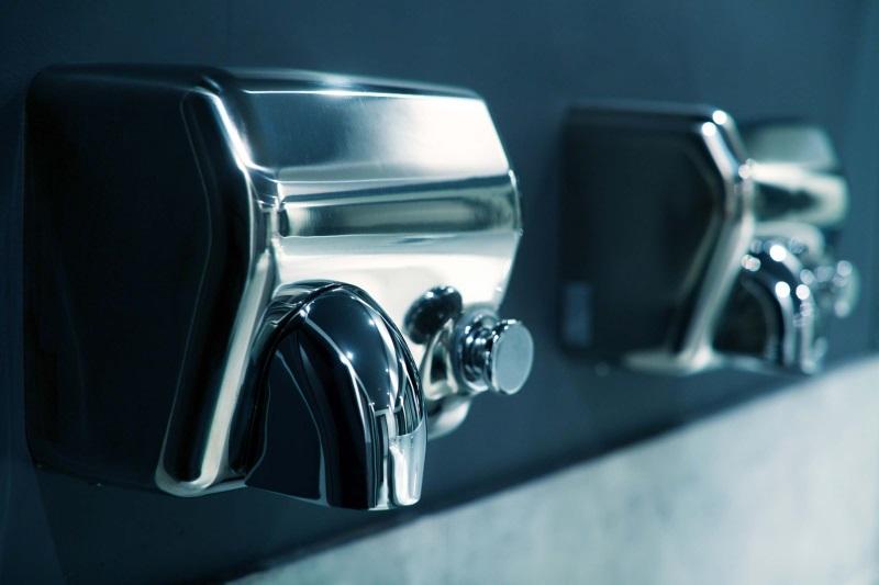 Nhiệt từ máy sấy tay làm tay nhanh khô nhưng cũng mất nước nhanh chóng