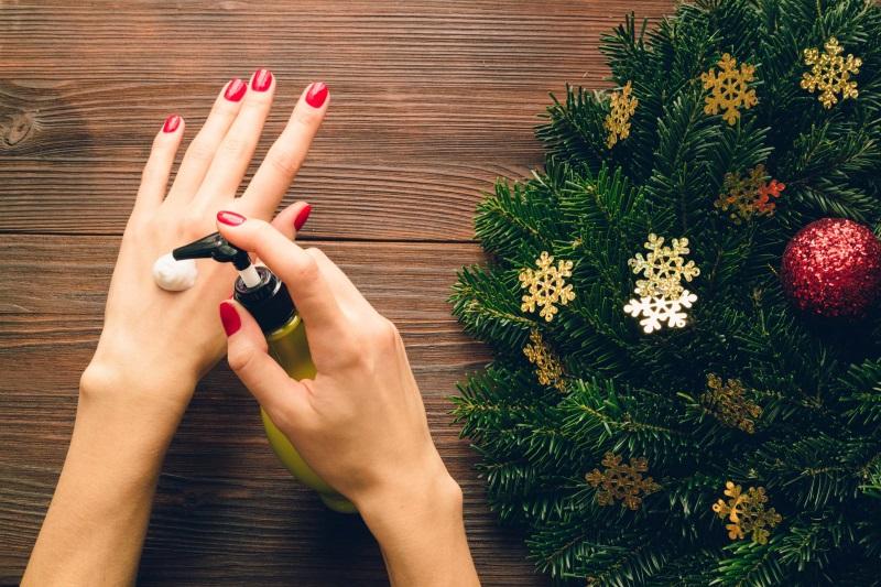 Dưỡng ẩm da thường xuyên để giữ da tay luôn mềm mịn, nhất là vào mùa đông
