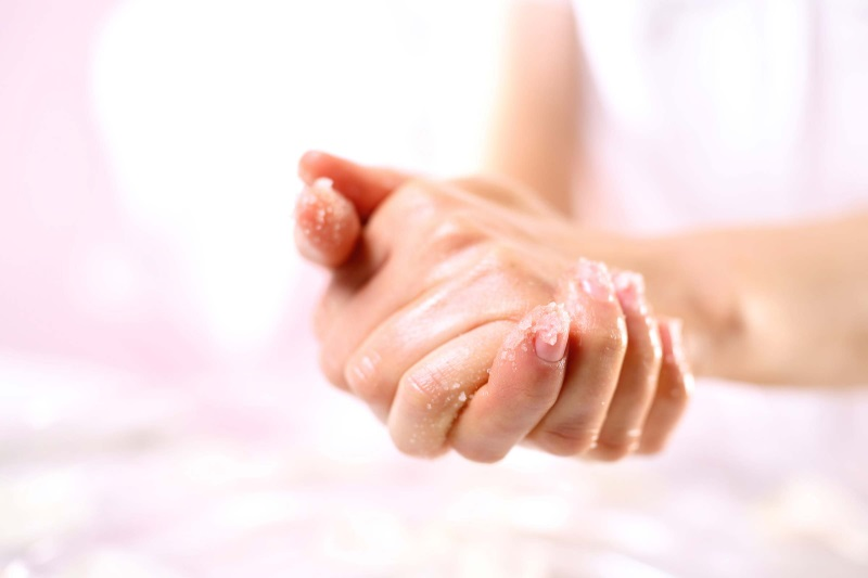 Tẩy da chết tay ít nhất tuần 1 lần để các cách làm mềm da tay mùa đông phát huy hiệu quả tốt hơn
