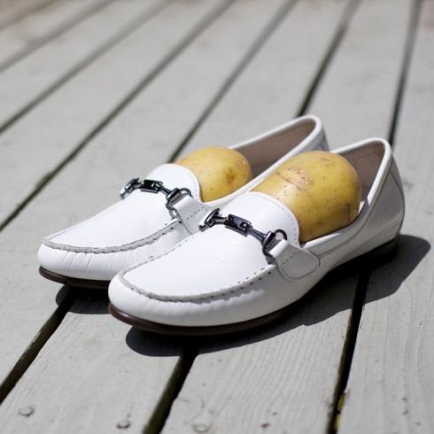 Với những đôi mới mua cũng có thể làm mềm giày da bằng khoai tây hiệu quả