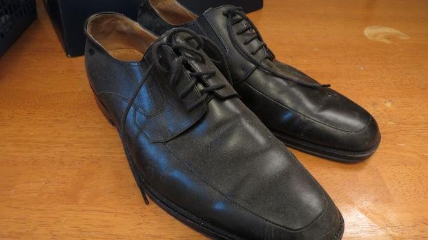 Giày da đã lâu không đi hay bị khô cứng và bám nhiều bụi bẩn