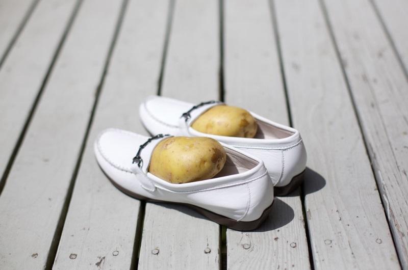 Khi áp dụng làm mềm giày da bằng khoai tây thì chú ý khô thoáng, không để giày dính nước