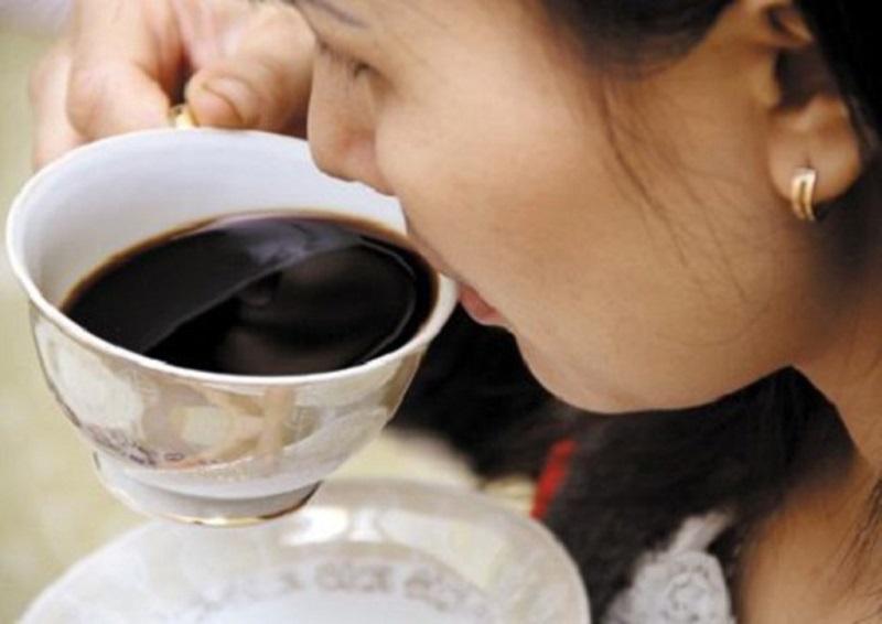 Uống cà phê nhiều làm môi bị thâm cần được dưỡng môi tốt hơn