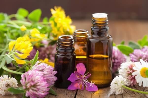 Dùng tinh dầu thiên nhiên trị thâm môi rất tốt