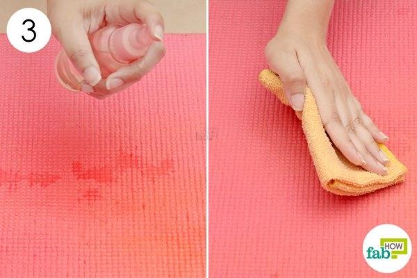 Phun đều rồi dùng khăn sạch lau qua 2-3 lần là cách làm sạch thảm tập yoga đơn giản