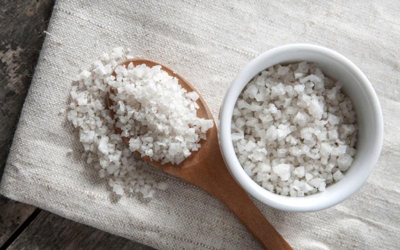 Làm trắng da toàn thân cấp tốc bằng cách dùng muối
