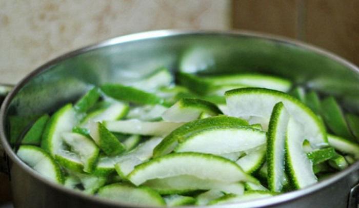 Luộc vỏ bưởi với nước và phèn chua.