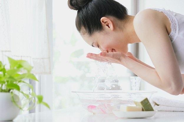 Cách rửa mặt làm trắng da đơn giản với công thức tẩy tế bào chết