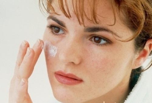 Đánh kem nền quan trọng tong bước trang điểm cho da nhờn