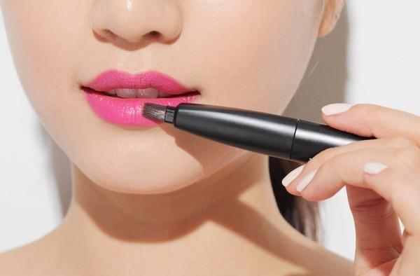 Thoa son môi là bước cuối trang điểm cho da dầu
