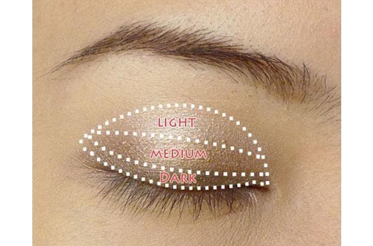 Hướng dẫn cách trang điểm cho mắt một mí phần bầu mắt, hốc mắt chi tiết