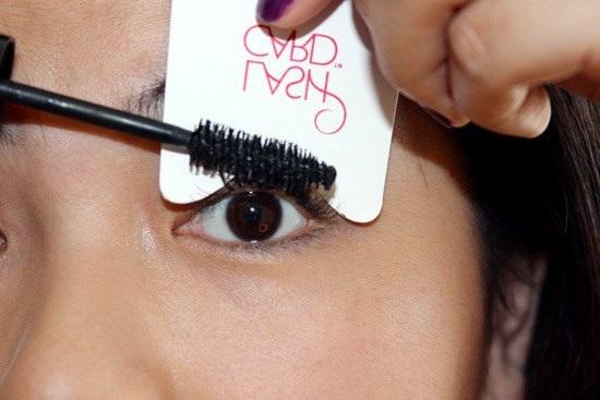 Chải mascara nhẹ tay là bước cuối trang điểm mắt một mí đẹp nhất