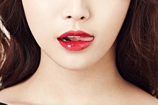 Tạo đôi môi quyến rũ trang điểm cho cô dâu