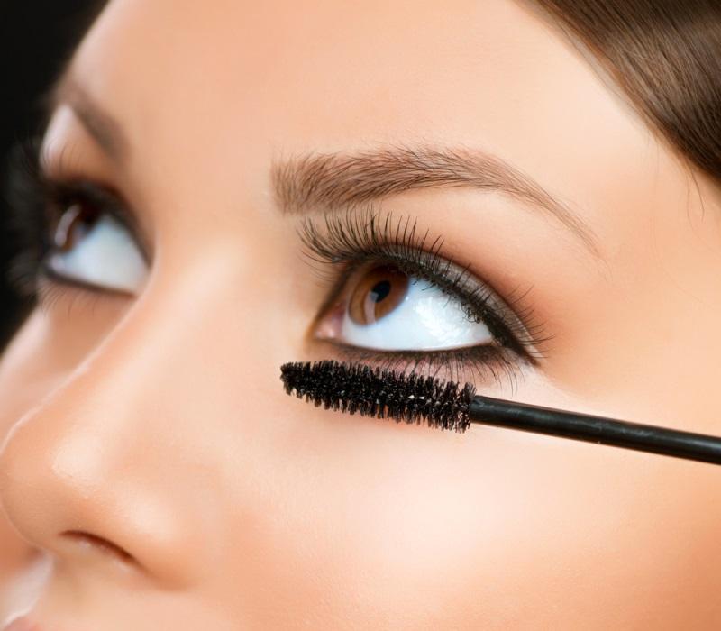 Bấm mi và chải mascara hoàn thiện nét đẹp cho đôi mắt
