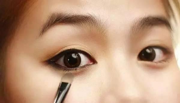 Tạo điểm nhấn cho đôi mắt có chiều sâu.