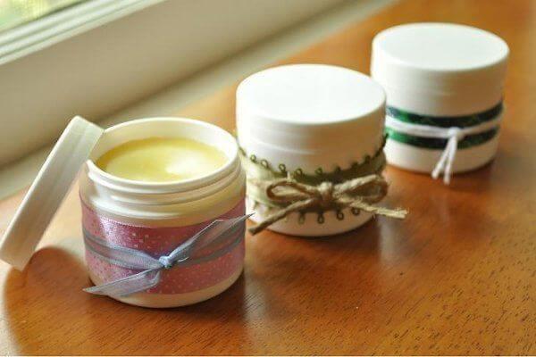 Trị môi khô bằng son dưỡng handmade từ mật ong và dầu hạnh nhân