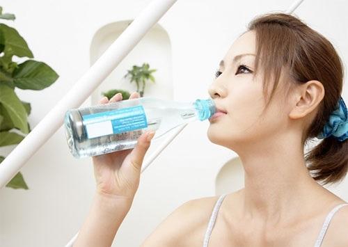 Uống nhiều nước là cách điều trị khô môi hiệu quả