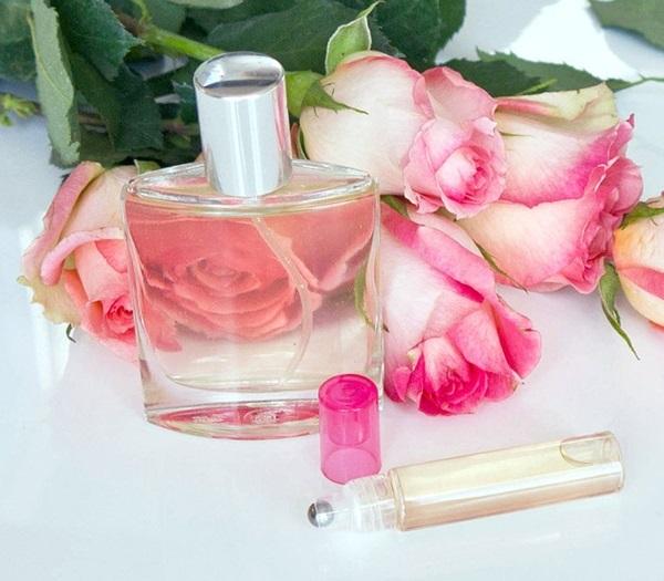 Nước hoa hồng chứa nhiều vitamin A, C và là chất kháng viêm mạnh mẽ, giúp giảm sưng và giảm thâm quầng mắt. - Ảnh: Internet