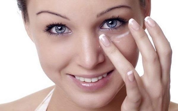 Sữa được dùng để làm mờ quầng thâm mắt an toàn và không gây kích ứng cho vùng da dưới mắt - Ảnh: Internet