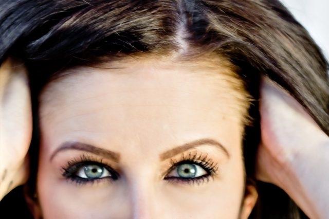 Xoa dầu dừa lên tóc khô hoặc tóc ẩm để ủ tóc hiệu quả