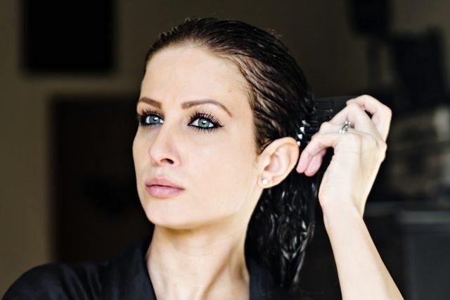 Mát xa tóc bằng dầu dừa giúp tóc mọc nhanh, dày và dài