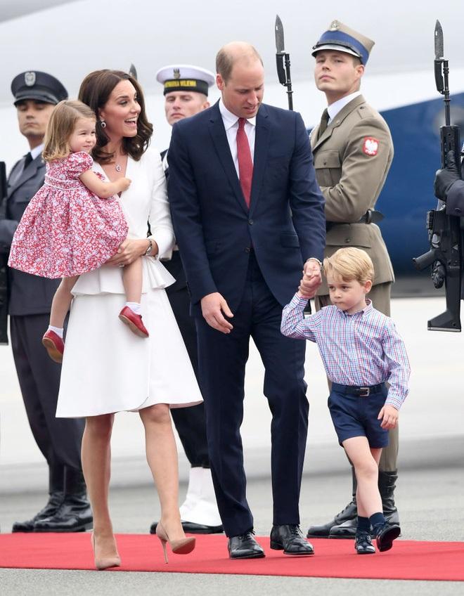 Cách vợ chồng Hoàng tử William thể hiện tình yêu và che chở con được các chuyên gia hết lời khen - Ảnh 1