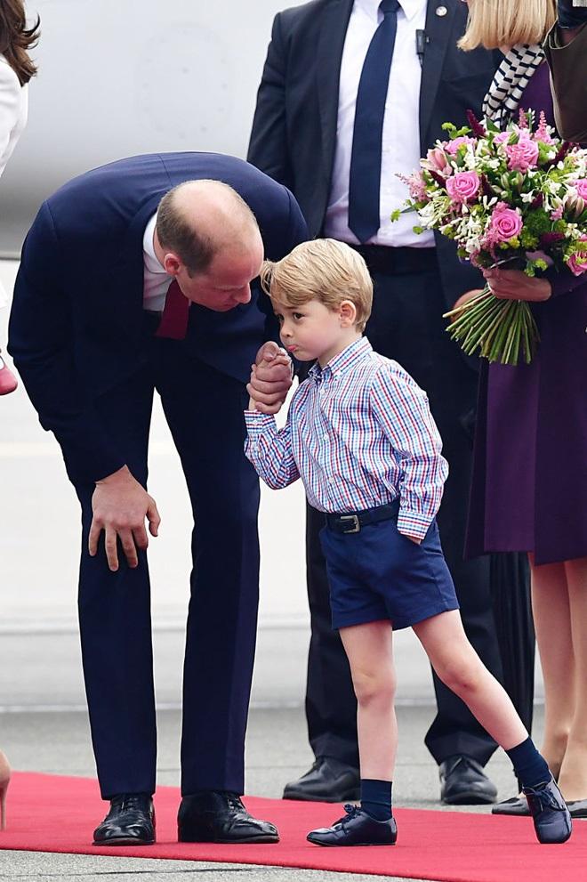Cách vợ chồng Hoàng tử William thể hiện tình yêu và che chở con được các chuyên gia hết lời khen - Ảnh 5