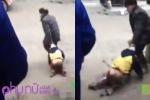 Clip: Ông nội dùng ghế đập vào người, lôi cháu xềnh xệch trên nền đất
