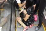 Thang cuốn sân bay Tân Sơn Nhất kẹp đứt cổ tay một em bé