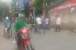 Hà Nội: Xe ôm truyền thống và GrabBike cầm mũ bảo hiểm lao vào đánh nhau