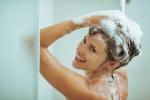 Không phải mùa hè nắng nóng cứ tắm nhiều là sạch đâu, đôi khi ở bẩn một chút lại tốt cho da, bác sĩ khuyên vậy!