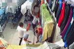 Nhóm côn đồ cầm hung khí xông vào cửa hàng quần áo chém người