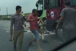 Cảnh sát phá cửa kính cứu nạn nhân trên <a target='_blank' data-cke-saved-href='http://www.phunusuckhoe.vn/tag/xe-khach-gap-tai-nan' href='http://www.phunusuckhoe.vn/tag/xe-khach-gap-tai-nan'><i>xe khách gặp tai nạn</i></a> ở cao tốc Pháp Vân