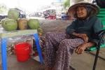 Xót xa cụ bà 89 tuổi bám gầm cầu bán dừa kiếm sống