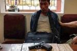 Thanh niên mang súng vận chuyển 10 bánh heroin qua biên giới