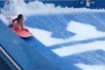 Ham hố lướt ván trên du thuyền hạng sang, cô gái trẻ bị sóng đánh tụt quần trước bàn dân thiên hạ
