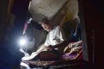 Cuộc sống khó tin của 2 cha con trong căn nhà 2,5m2 giữa lòng thủ đô Hà Nội