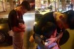 Clip: Hành động không thể ngờ của cậu bé bán bánh làm ca sĩ Tuấn Hưng nghẹn ngào xúc động