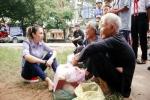 Mỹ Tâm ngồi bệt dưới vệ đường, cùng ăn vặt và trò chuyện với các cụ già neo đơn khiến dân mạng