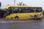 Xe khách đâm vào nhà dân, hành khách hoảng loạn kêu cứu